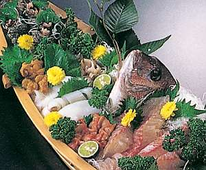 新鮮な魚介類の舟盛り