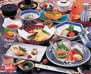 見た目も鮮やかで美味しいと評判の夕食一例