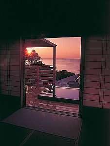 水平線から昇る朝日もお部屋や露天の湯船から・・・