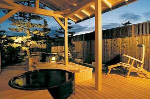 坪庭付き露天風呂付客室例。ライトアップされ幻想的なムードを醸しだします。