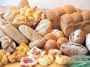 味わい深い多彩な自家製パンが日替わりで楽しめる