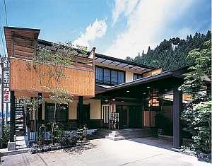 新平湯温泉の中心地に佇む宿。全12室のうち10室に露天風呂付き♪プライベート空間を大切にする宿