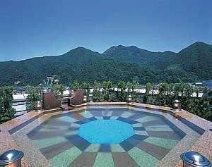 山も街も、星空も夜景も見渡せる最上階の展望温泉露天風呂
