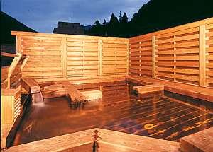 <天空露天 木の湯:夜> 湯船の半分が寝湯に=露天に寝そべって星空を満喫できるのです!
