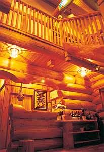 木の香りいっぱいのフロントホール