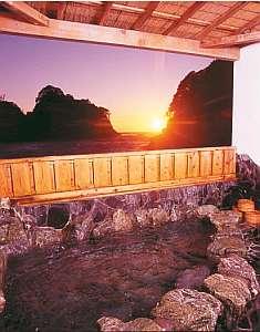 海や夕陽が眺められる岩の貸切露天風呂