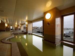 男性大浴場(内風呂)です。中温風呂・高温風呂・足湯・ジャグジー等がございます。