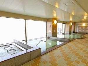 横から撮影した女性大浴場(内風呂)です。左から、ジャグジー・中温風呂・高温風呂となっております。