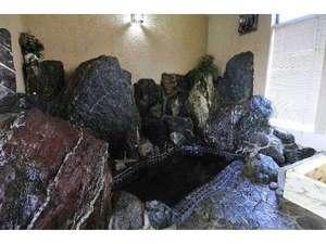 アルカリ鉱泉の岩風呂で日々の疲れを癒してください!