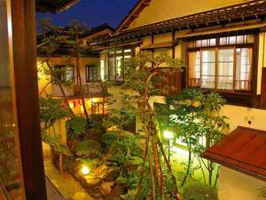 部屋から眺める庭。こじんまりとした庭ですが、心なごみます。