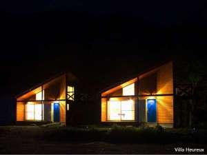 客室棟の外観(夜)