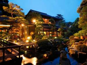 【庭園】夜の庭園は趣が異なります。ぜひ見ていただきたい景色です。