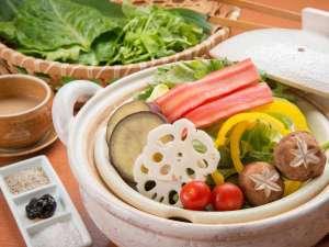 *【夕食一例】源泉を利用した温泉野菜蒸しが人気