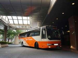 空港からのリムジンバスが正面玄関に停車いたします。