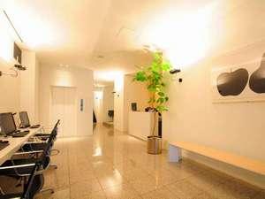 明るく清潔、シンプルなフロントロビー。奥に大浴場がございます。