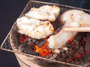 *【クエコース】焼くことで旨味が凝縮される「焼きグエ」はすだちをさっと絞って。(一例)