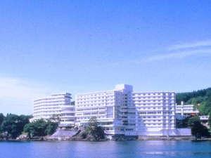 【ホテル外観】雄大な志津川湾にそびえるホテル観洋