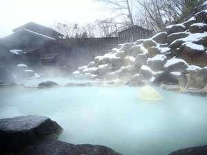 ■八右衛門の湯【露天風呂】冬イメージ。石造りの露天風呂では、温度の違う2つの浴槽を楽しめます。