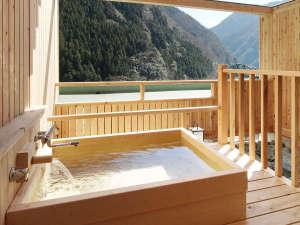 木の香り漂う檜露天風呂。