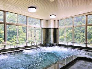 「美人の湯」で知られる、化粧水いらずの強アルカリ温泉の大浴場