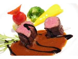 ≪夕食≫エゾシカのステーキ。夕食のコースメニューのメイン料理