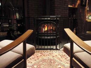 暖炉の明かりは身体だけでなく、心まで暖めてくれる。どこか懐かしさのある光。