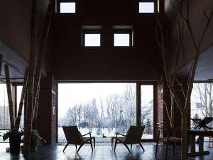 冬のロビー。中庭の景色を見ながら寛ぎの時間を・・・