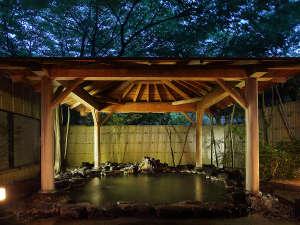 【男性用大浴場】石造り露天風呂(夜景)湯けむりと里山の心地よい風に包まれる露天風呂です。