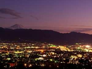 富士山側の客室から望む甲府の夜景と富士山