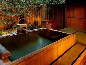 【若松】残月床を備えた伝統的な書院造りの間。露天風呂は肌に心地いい桧造りで身体も心も癒して頂けます。