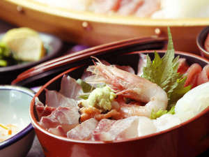 舟盛のお刺身を、お好きなように海鮮丼にしてどうぞ♪