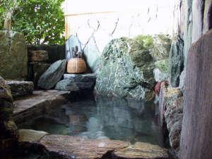 風呂グループごとに貸切できる露天風呂。予約や時間制限などないので、お好きなときにどうぞ。