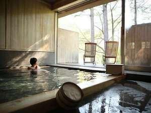 【大浴場 森と風の湯】檜風呂の心地よい香り漂う広々とした風呂。美しい木立を愛でつつゆったりとした時を