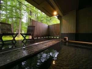 【オープンデッキ付き内湯・森と風の湯】川のせせらぎが心地よく、デッキで自然の風を楽しめる
