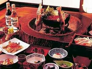 囲炉裏のある個室の食事処でゆっくりと食事を楽しめる♪(料理一例)