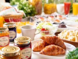 ★エリア最大★地元食材満載のバイキング朝食。焼きたてクロワッサンや郷土料理をどうぞ!