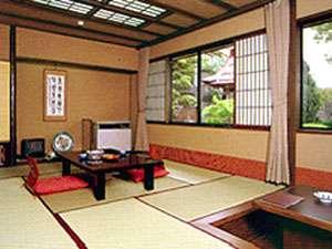*和室(一例)。窓からは手入れの行き届いた美しい庭園を眺めることができます♪
