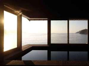 【内湯】朝日にきらめく海を見ながら