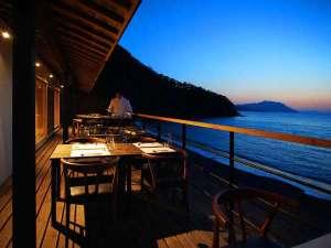 【炭火焼懐石】目の前で焼き上げた魚介類をテラスにて、夕日を眺めながらお召し上がりください。