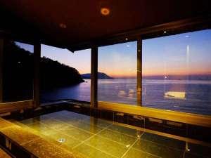 【内湯】ガラス張りの展望風呂から、若狭湾に沈んでゆく夕日を一望。