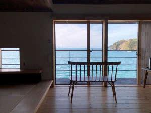 【部屋からの眺め】目の前に広がる、穏やかな若狭湾の風景に癒される。