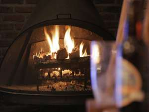 ラウンジでは暖炉があたたかな炎でお客様をお迎えいたします