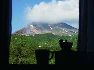 お部屋の窓から正面に望む北海道最高峰旭岳。