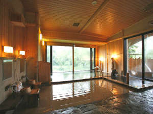 【大浴場・もむにの湯】木の香りと良質な温泉の大浴場。