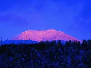 ■冬■「ピンク色に染まる旭岳」1年に1回見られるかどうかの景色!
