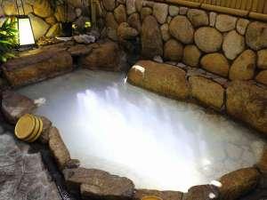 源泉かけ流しの落ち着いた静かな庭園風呂で旅の疲れを癒して下さい。