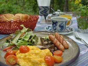 焼き立てのパンにワンプレートのおいしい朝食を堪能下さい。