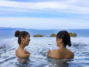 露天風呂を満喫中♪湯に浸かりながらの景観は格別ですよ!