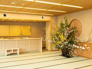 フロント前で華やかに咲く季節の花々 唐長の唐紙と共にロビーを演出します