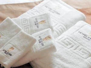 吸収力に優れたバスタオルは一人2枚用意。上下セパレートのパジャマ、入浴剤を完備。